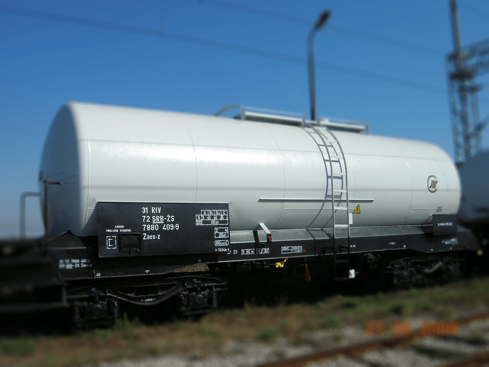 Tank wagon with steel vessels for holding liquids or gases